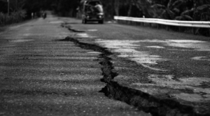 earthquake-crack-672x372